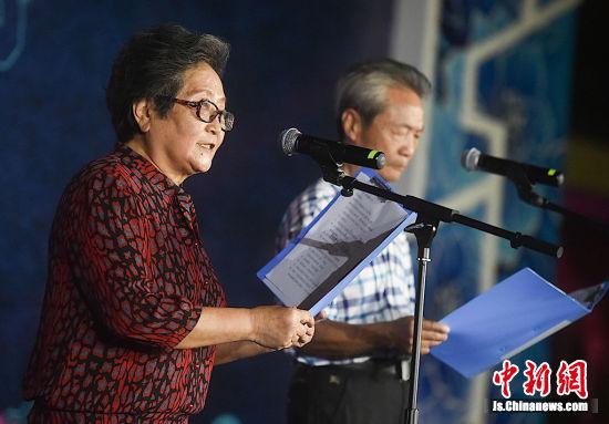 市民代表登台朗诵。刘小静 摄