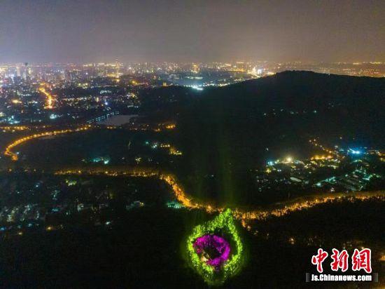 """美龄宫璀璨""""项链""""点亮南京夜空。 南京钟山风景区建设发展有限公司供图"""