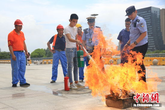 江苏铁警多点发力消防宣传护暑运