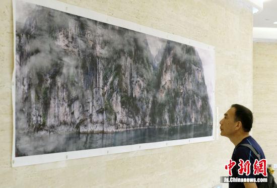 长达十米的《角马强渡马赛马拉河》气势磅礴。中新社记者 泱波 摄
