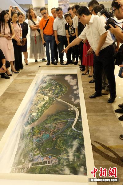 作品《虎踞龙盘今胜昔》以4米长卷全景展现了现代化大都市南京,从正在建设的长江五桥,到紫金山、国际青年文化中心、鱼嘴湿地公园,都清晰可见。 中新社记者 泱波 摄