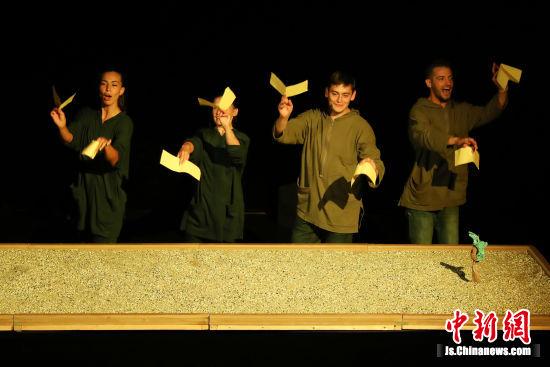 四位艺术家用巧手来表演。 泱波 摄