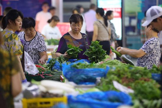 市民可以随时将购买到的食品送来进行检测。 泱波 摄