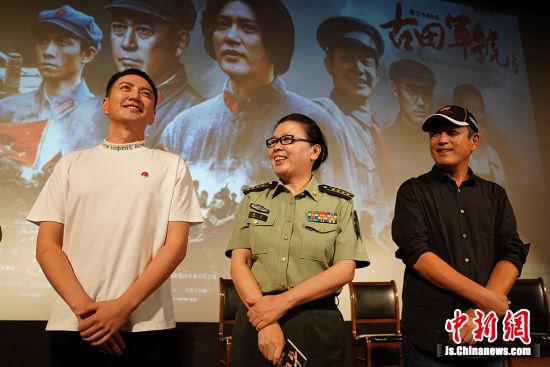 导演陈力(中)和主演王仁君(左)、王志飞(右)与观众互动。中新社记者 泱波 摄