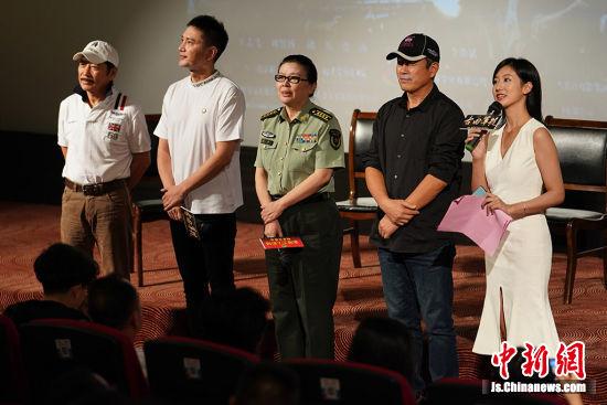 导演陈力(中)和主演王仁君(左二)、王志飞(右二)、孙维民(左)与观众见面。中新社记者 泱波 摄