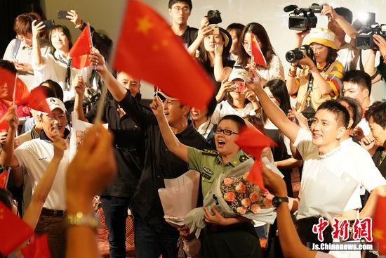 主创们与观众一起唱响《歌唱祖国》。中新社记者 泱波 摄