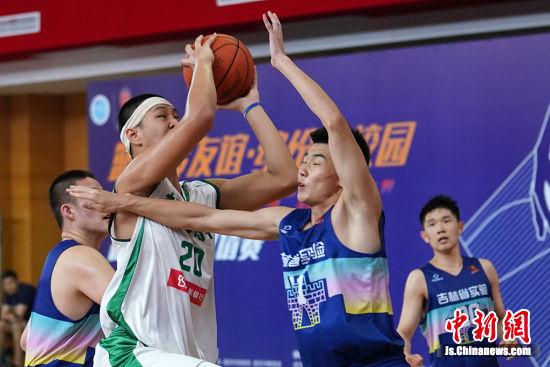 """海峡两岸2019""""南京杯""""高中篮球邀请赛火热比拼。 中新社记者 泱波 摄"""