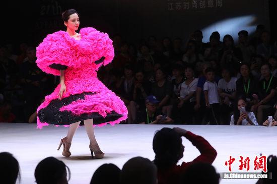 南京上演姚峰时装秀 创意天马行空