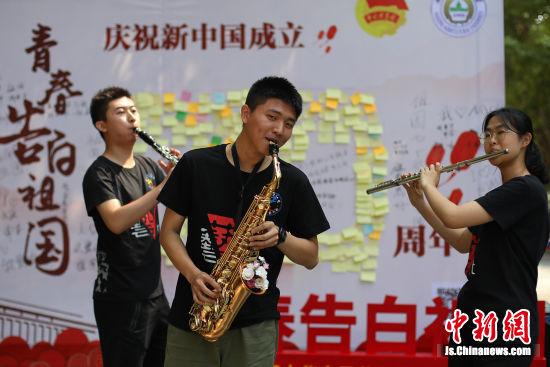 大学生奏响歌曲。 中新社记者 泱波 摄