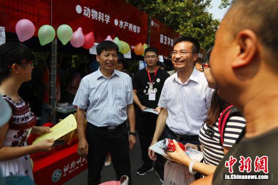 南京农业大学校领导与新生们互动。 中新社记者 泱波 摄
