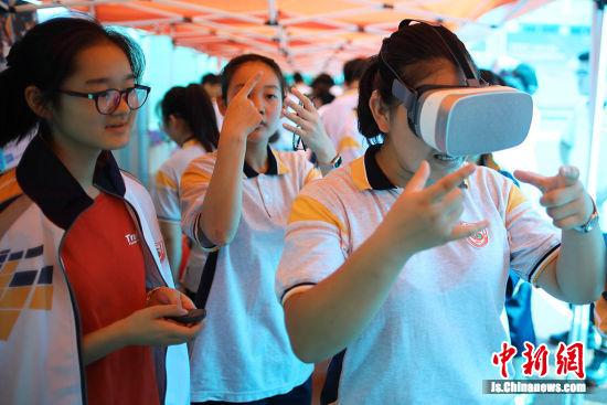 VR、AR优秀科普展品展示吸引了学生们的参与。 泱波 摄