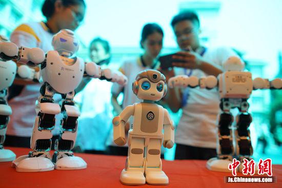 各类教育机器人展示,包括机器人表演、机器人对抗等。让学生充分认识机器人与人类生活的关系,以及人工智能时代机器人发展的前景,增强学习科技知识的兴趣。 泱波 摄