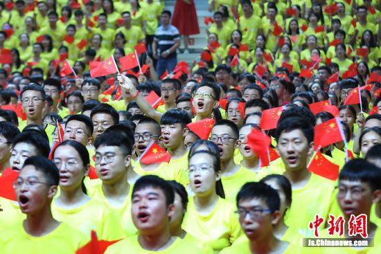 新生们齐声歌唱祖国。 泱波 摄