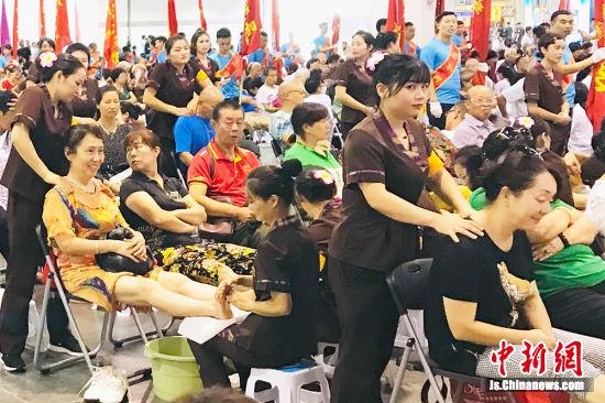 公益足疗活动吸引了大批民众前来体验。葛勇 摄