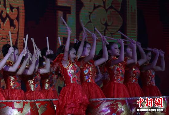 大学生们用歌舞《奉献》、朗诵《致敬先贤 传承薪火》为老师们送上节日的祝福。泱波 摄