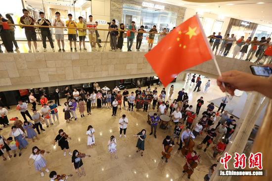 """""""我把国旗迎回家""""公益快闪活动在南京举行。泱波 摄"""