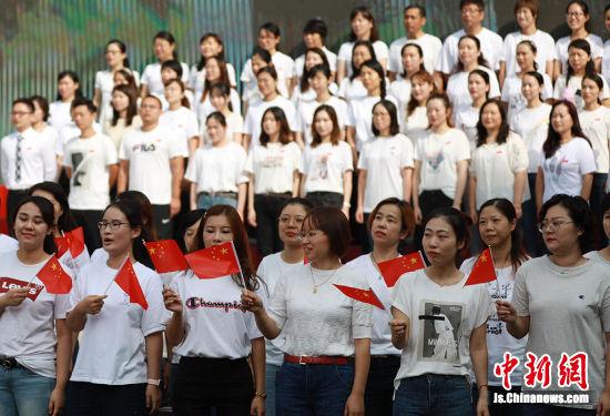 当音乐响起,全体师生一起唱响《我爱你,中国》。