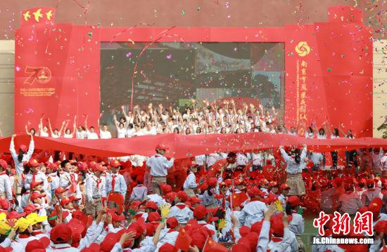 南京小学生共唱《我爱你,中国》。