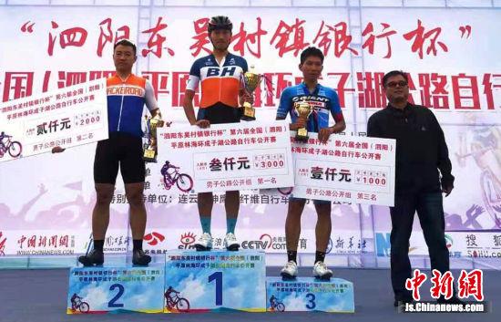 获奖选手登台领奖。