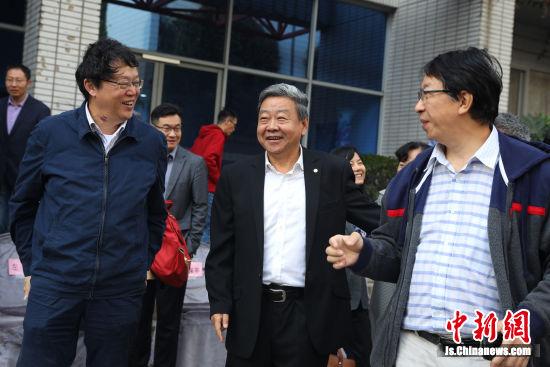 东南大学党委书记左惟和饶子和院士交谈。中新社记者 泱波 摄