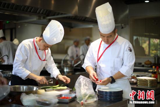 参赛厨师烹饪美食。 泱波 摄