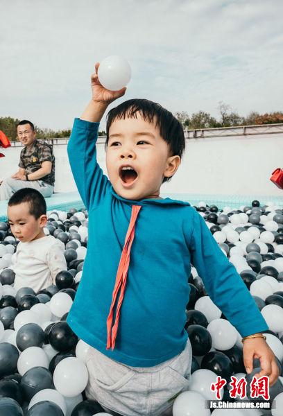 """户外""""泡泡海洋球""""吸引了孩子们前来。主办方供图"""