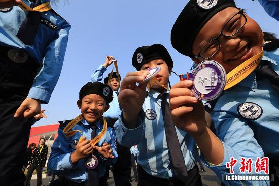 小警察们展示南京马拉松纪念奖牌。 孙晨 摄