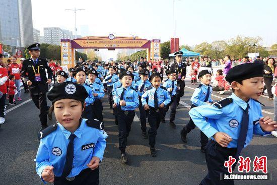 统一的警校制服、专属的警员编号,伴着整齐响亮的口号声,别看他们平均年龄只有十岁,却个个精神抖擞、严肃认真。孙晨 摄