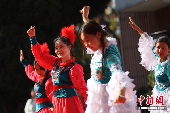 维吾尔族同学们表演舞蹈《麦西来普》。泱波 摄