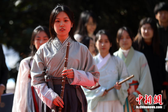 南京农业大学汉服社和民乐社的同学们表演《千秋令》。泱波 摄