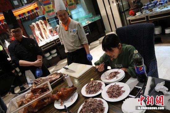 厨师们看着小楠吃羊肉。泱波 摄