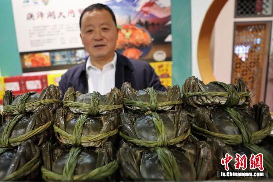 """膏满黄肥的""""洪泽螃蟹""""很是抢眼。刘志钧 摄"""