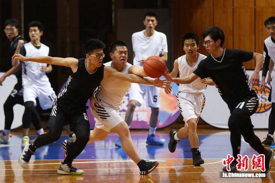"""""""名校杯""""不仅仅是一项篮球赛事,更是参赛学校校园文化及素质教育成果展示的舞台。泱波 摄"""