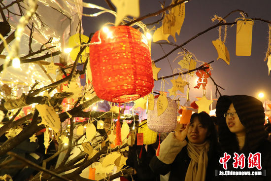 许愿树的设置更是寄托了对未来一年的展望和希冀,充满着对未来的美好祝愿。 泱波 摄
