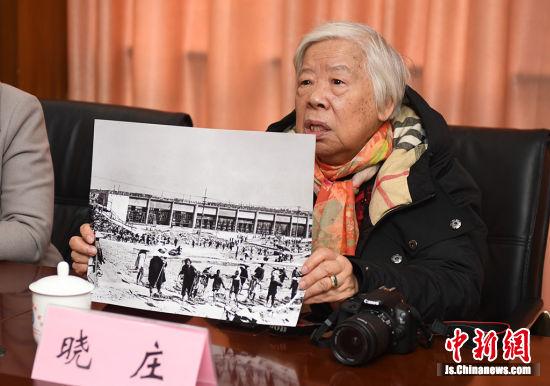 女摄影家晓庄走进洪泽湖水利工程管理处捐赠建闸老照片