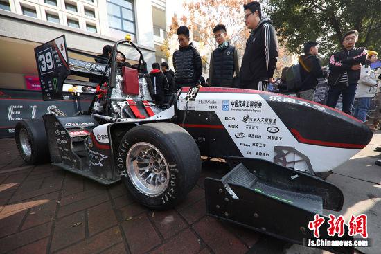 """东南大学学生设计制作的""""方程式赛车""""吸引目光。中新社记者 泱波 摄"""
