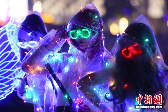 民众在这里还将迎来跨年音乐会、荧光YE跑等一系列的活动。 中新社记者 泱波 摄