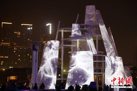 """大型灯组""""时间塔""""点亮,是集多媒体、建筑设计、灯光设计、歌剧表演、绘画、昆曲以及物质文化等各学科的跨媒体项目。中新社记者 泱波 摄"""
