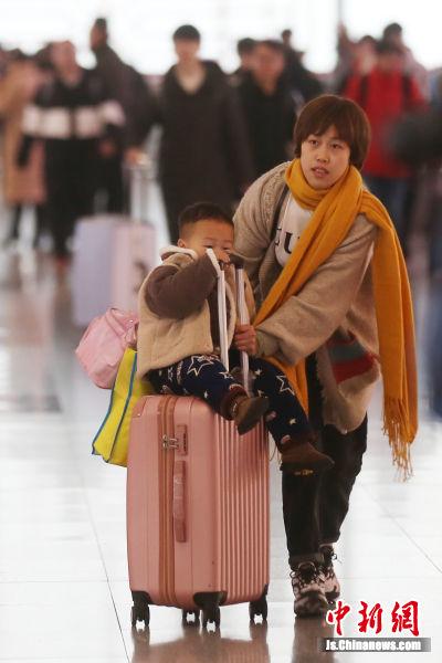1月10日,旅客们进入高铁南京南站候车室,准备乘坐火车出行。中新社记者 泱波 摄