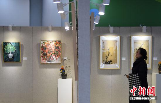 展出的作品中有国画有油画,有写意有工笔,题材广泛而且各有特点。 寒单 摄