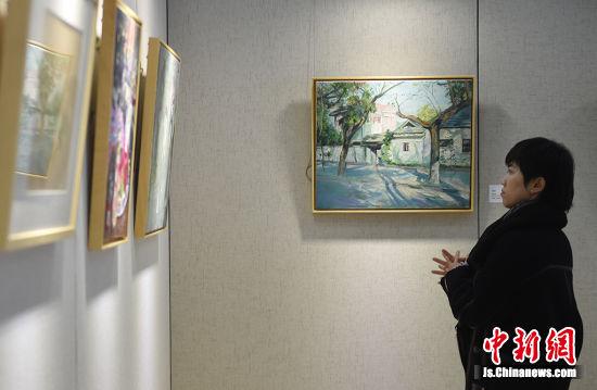 观众被展出的画作吸引。寒单 摄