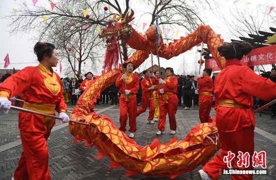乡村龙舟队舞龙表演。桂宝林 摄