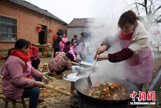 支起大锅烧起大肉。桂宝林 摄