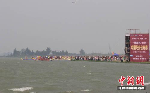 2015中国龙舟公开赛在阜宁金沙湖举行 12支龙舟队风浪中竞技