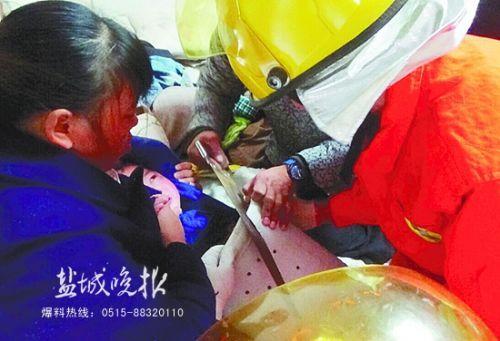 阜宁两岁男童爬入洗衣机被卡 40分钟后被救出